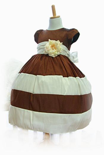 ブラウン×ホワイトの組み合わせがまるでチョコレートパフェ。パニエをお召しいただきますと、スカートがふんわりしてより一層、可愛らしさが増します。