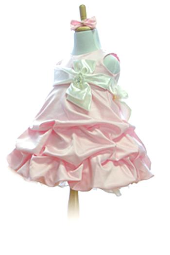 ショートケーキのクリームのように、大きく滑らかなドレープが可愛らしいドレスです。ボリュームのあるミニスカートで、足長効果もあります。