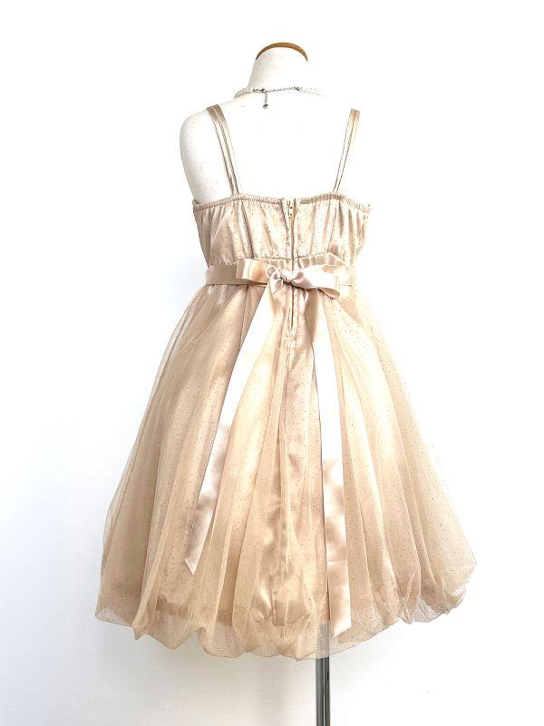 パニエを入れて撮影しております。シャンパンゴールド・キラキララメいり、バルーンスカートが可愛いドレスです。