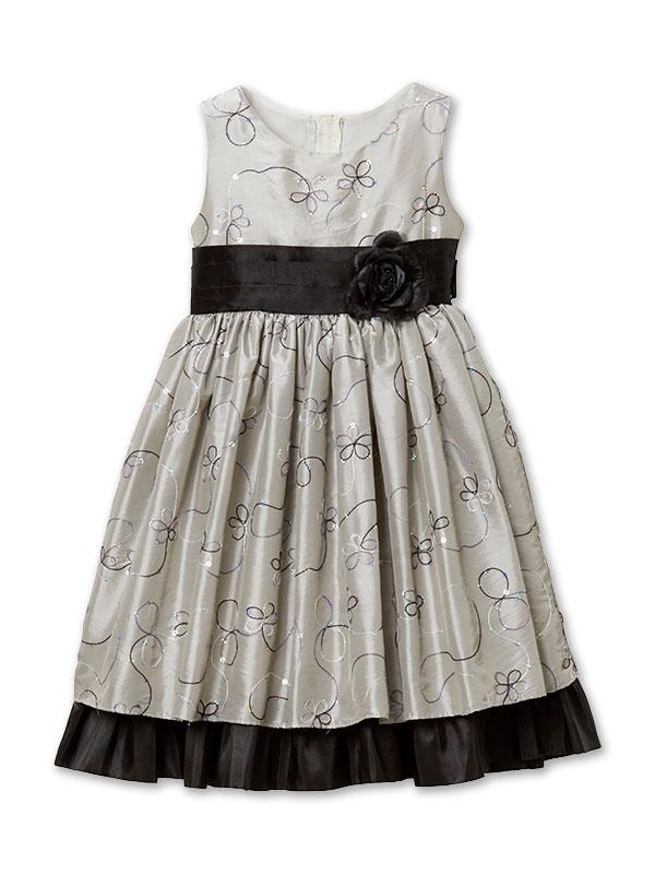 お色目はシックですが全体的に光沢がある生地ですが、刺繍糸ややスパンコールで装飾がしてありとても華やかなドレスです。