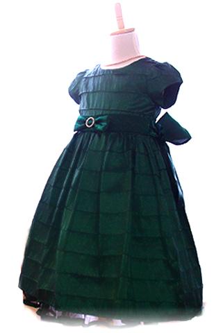 シックなグリーンのオーソドックスなドレスです。パニエをお召しいただくとふんわりと可愛らしさがアップします。