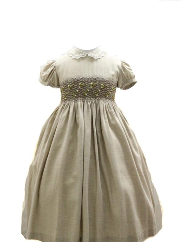 フレンチスリーブやウエスト部分のスモッキングが可愛らしく、裏地の裾部分についているチュールがスカートをふんわり見せてくれます。お出かけやお食事会にどうそ