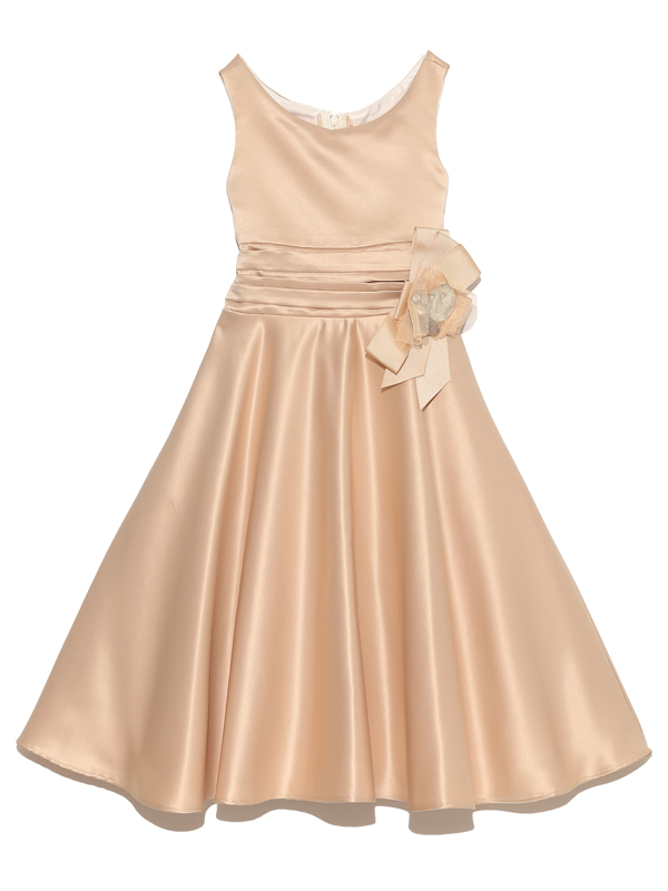総サテン地で光沢がありますがAラインのスカートとシンプルな襟元がとても品の良いドレスです。                   パパニエを入れていただくと可愛らしく、入れないとちょっぴり大人っぽく、表情豊かに着こなしていただけます。パニエを入れて撮影しております。