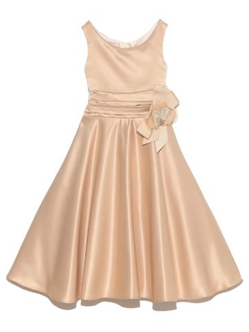 総サテン地で光沢がありますがAラインのスカートとシンプルな襟元がとても品の良いドレスです。パニエを入れていただくと可愛らしく、入れないとちょっぴり大人っぽく、表情豊かに着こなしていただけます。
