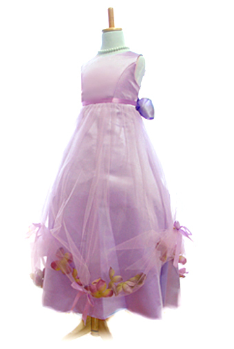 ロング丈で少し大人っぽい印象ですが袋状になったチュールの中に花びらがとてもロマンティック。上品な色合いでやさしい印象のドレスです。