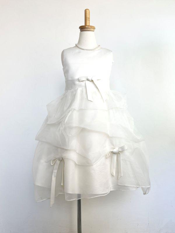 ドレープたっぷりのチュールにリボンがあしらわれ、まるで小さな花嫁さん。リングガールやフラワーガールにもお薦めできるドレスです。