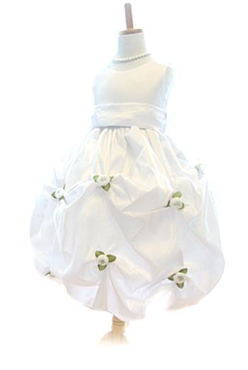 スカート全体に散りばめられたお花が、ホイップクリームの中で踊るっているようなデザインです。生地は少し光沢があり高級感のあるドレスです。