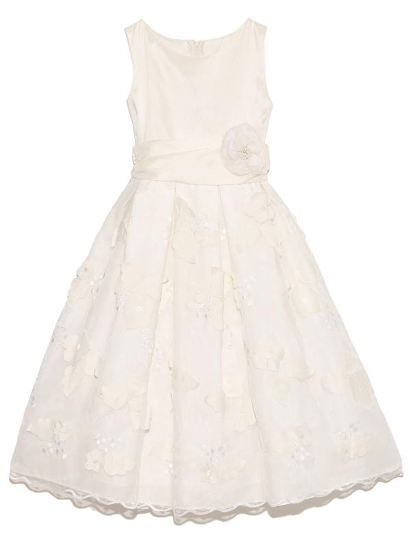 少し光沢のあるアイボリーの生地と共布の大きな花形がスカート部分にたくさんつけてあり、とても可愛らしく品のあるドレスです。