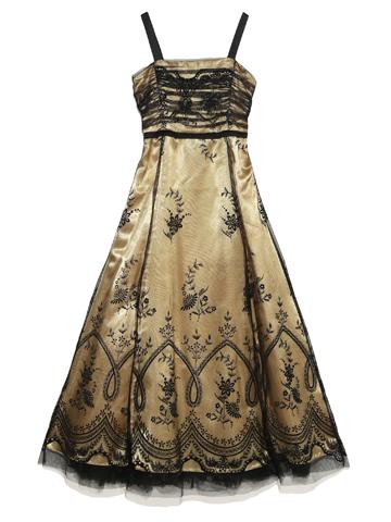 チュールレースと控えめのフレアが大人っぽい細身のドレスです。スパゲッティスリーブですがストール付きで肩のラインが気になる方でもご安心してお召しいただけます。