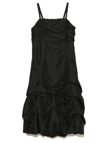 スパゲッティスリーブでハイウエストな上身頃にドレープたっぷりのスカート。スタイルも良く見えゴージャスですがブラックの引き締まった色が大人っぽく演出してくれます。