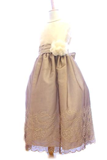 落ち着いた色合いでシックなドレスです。トップとスカート部分でお色が違うのでスッキリとシャープな印象です。とても人気のドレスです。