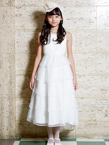 真っ白なロングドレスはまるで小さな花嫁さん。少し細めのラインにボリュームのあるティアードドレスがより一層お姫様気分になれます。フラワーガールやリングガールにもお薦めです。