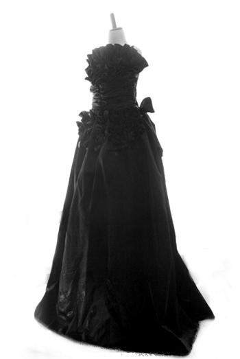 胸元の立体的なローズがポイントです。全て共布ですので、ゴージャスながら品のあるドレス