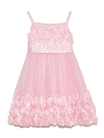 スパゲッティスリーブのドレスに胸元と裾に広がったフラワーモチーフがロマンティックでキュートな印象。
