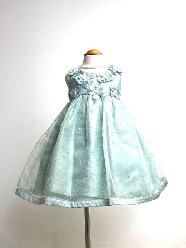 胸元の大きな花とハイウェストデザインがお子様のあどけない可愛さを引き立てるインポートドレスです。パニエを入れて撮影しております。
