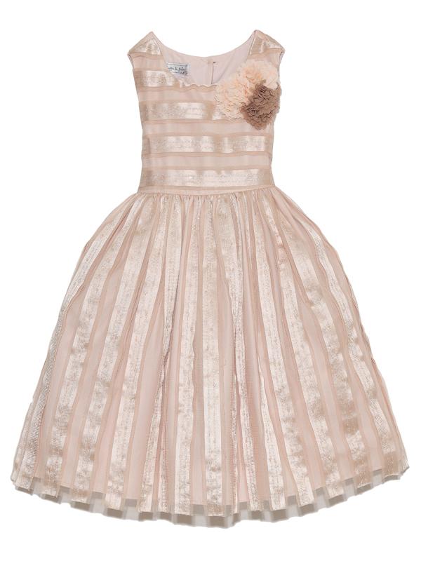 優しい雰囲気のドレス。胸元のフラワーモチーフと光沢のあるドレスが華やかさを演出してくれます。