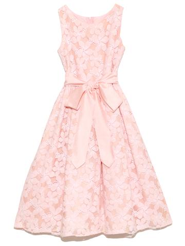 淡いピンクが女の子の優しさを最大限に引き出す優しいお色目で、ウエストのリボンがアクセントになりとても上品なドレスです。