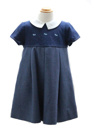 こちらのワンピースは、日本製で縫製もよくおしゃれさんにおすすめの商品です。ドレスほど華やかさは求めない食事会やお受験などに。