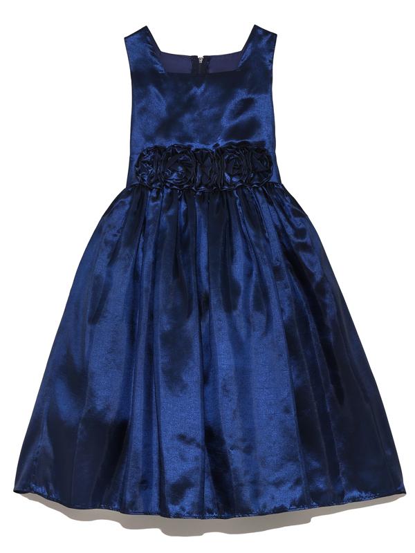 凛としたネイビーはシンプルなデザインをより上品にみせてくれます。ウエスト部分の立体的なフラワーモチーフがドレスのアクセントとなり可愛らしさと大人っぽさを兼ね備えています。