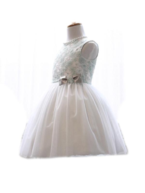 爽やかなミントグリーンの刺繍が入った上身頃に、スカート部分はホワイトのチュールがふんわりと可愛らしく。膝上丈なので足長効果も抜群。