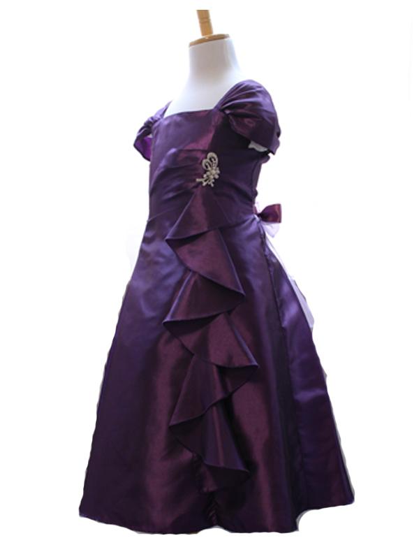 ダークパープルが大人っぽい印象のドレスですが、生地には光沢があり胸元からあしらわれた大きめのフリルがとてもゴージャスで舞台映えのするドレスです。