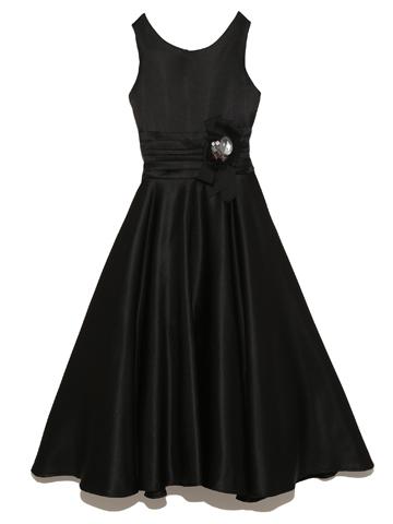 光沢のある布地。ふんだんに生地を使用したフレアースカートがパニエをお召しいただくとふんわりと可愛らしい印象。パニエなしですとしっとり落ち着いた印象で着用していただくことができます。