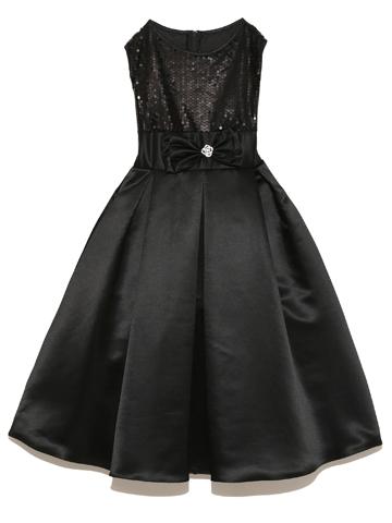 シックなブラックドレス。少し大人っぽい雰囲気のドレスですが、ウエスト部分のリボンがキュートな印象の残しつつ上身頃にあしらわれたスパンコールが上品さを際立たせます。