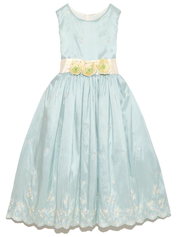 ブルーグリーンのすがすがしいお色で、スカート裾部分の刺繍が美しい人気のドレスです。