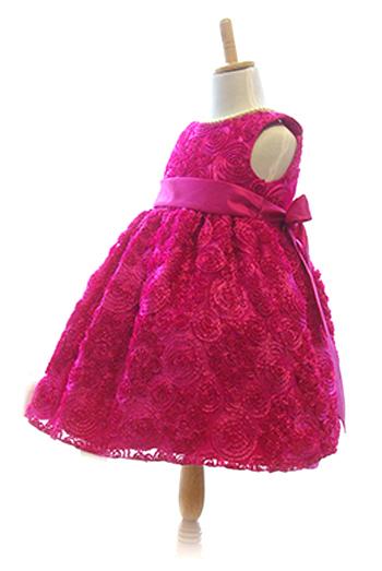 デザインはシンプルですが全体にお花があしらわれ、まるでお花畑から飛び出したかのようなメルヘンなドレスです。ハイウエストデザインがより可愛さアップしてくれます。