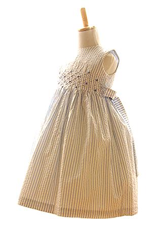 避暑地に似合うブルーすトライプが涼しげなコットン生地のドレスです。コンサート見学・お食事会・家族写真にもどうぞ。
