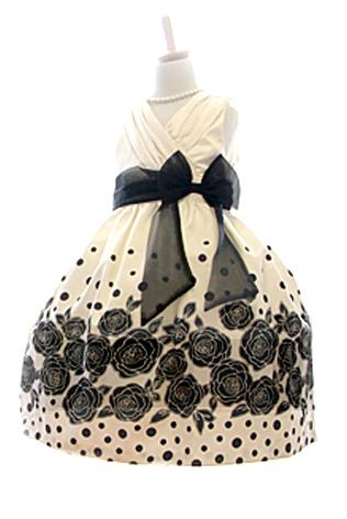 ホワイトドレスにブラックで描かれたフラワーモチーフ、胸元がカシュクール、ウエストにオーガンジーのブラックリボン。少し大人っぽく洗練されたドレス。ちょっぴり背伸びしたいお年頃のお嬢様に大人気です。パニエを入れて撮影しております。