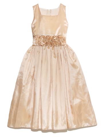 シンプルなデザインですが、ウエスト部分のフラワーモチーフが全体の印象を引き締め、シャンパンゴールドが華やかなドレスです。