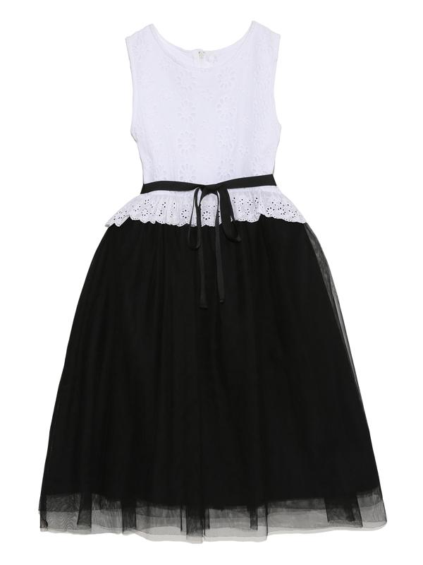 上身ごろ部分はコットン素材のレース生地。スカート部分にはブラックのチュールでシックに。少し大人っぽいコーディネートにお好みのお嬢様にぜひ。