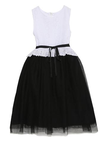 上身ごろ部分はコットン素材のレース生地。スカート部分にはブラックのチュールでシックに。少し大人っぽいコーディネートにお好みのお嬢様にぜひ。コットン素材で春夏向け商品です。
