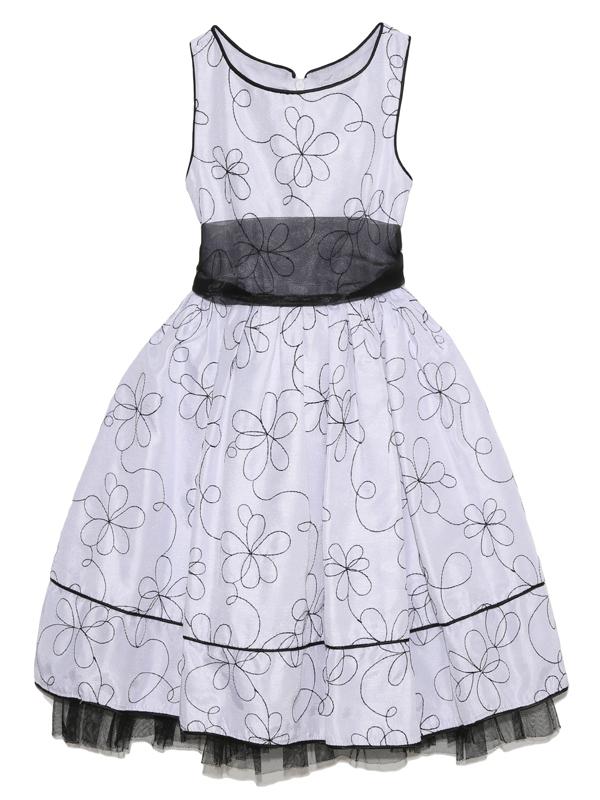 胸元の大きな花とハイウェストデザインがお子様のあどけない可愛さを引き立てるインポートらしいドレスです。ホワイトを基調としたモノトーンデザインとフラワーモチーフが洗練された都会的な可愛さを引き出すドレスです。(写真は、同デザイン115CM)