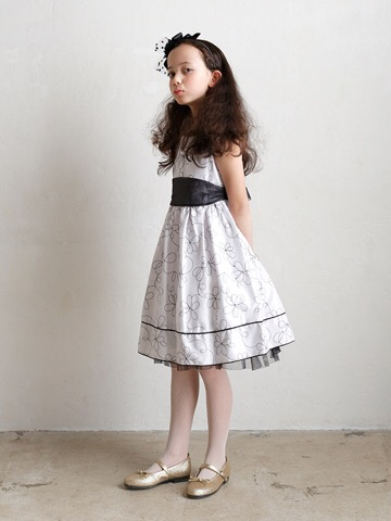 胸元の大きな花とハイウェストデザインがお子様のあどけない可愛さを引き立てるドレスです。ホワイトを基調としたモノトーンデザインとフラワーモチーフが洗練された都会的な可愛さを引き出すドレスです。