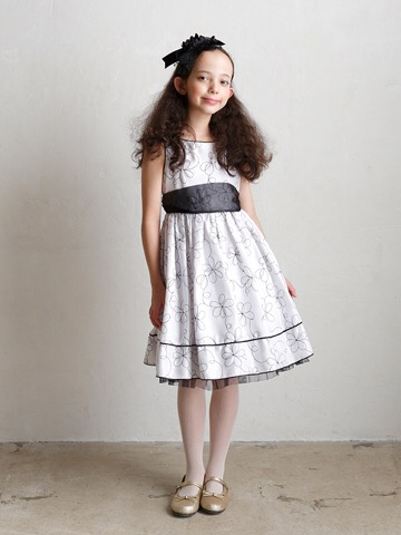 ホワイトを基調としたモノトーンデザインとフラワーモチーフがとても軽やかで洗練された都会的な可愛さを引き出すドレスです。