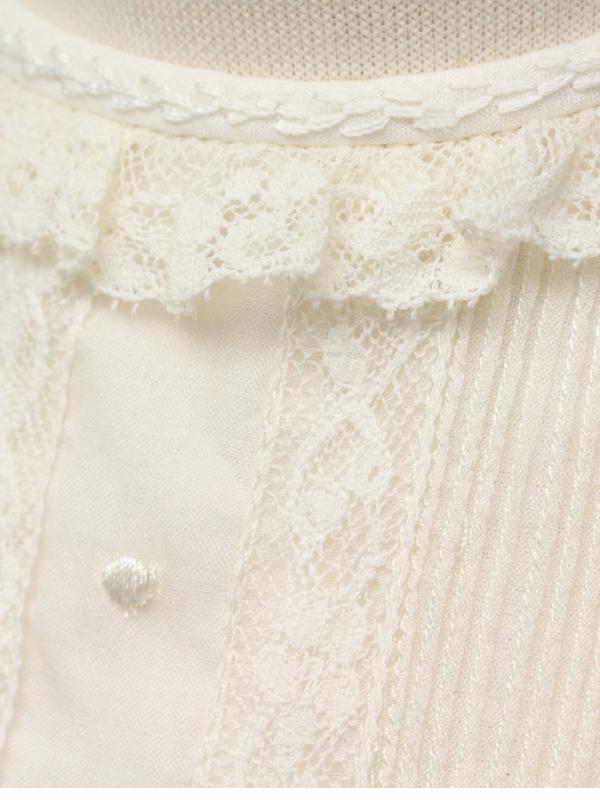 レースの衿が可愛らしさを演出してくれるドレスです。