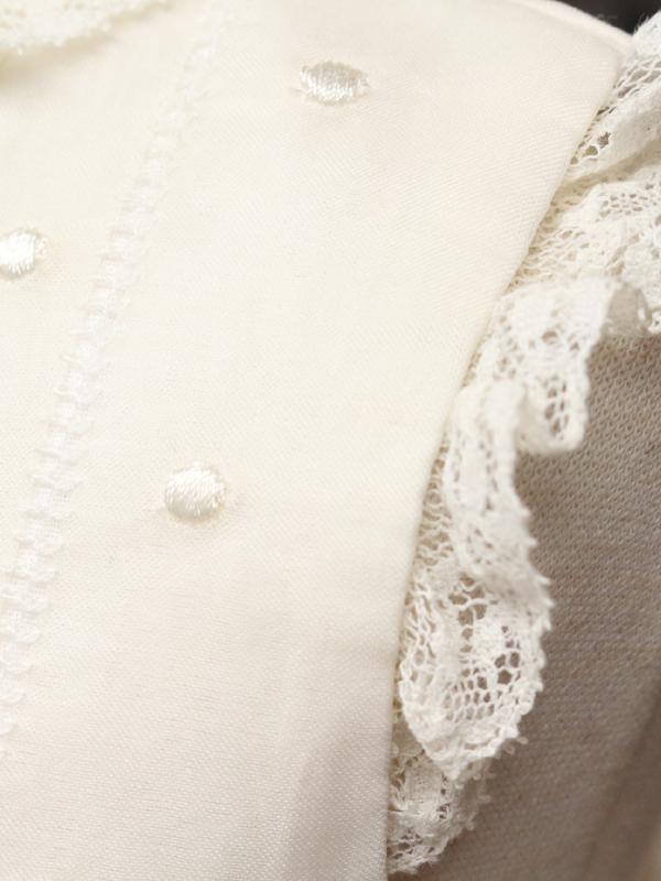 ドットの刺繍と袖口のレースが清楚な感じを演出するドレスです。