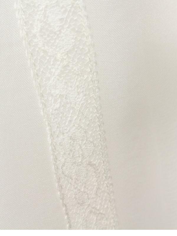 レースリボンとオーガンジーの組み合わせが清楚な感じを演出するドレスです。