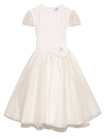 スカート部分はフレアがたっぷりと。トップスのパールの装飾がエレガント。フラワーガールやリングガールにもおすすめのドレスです。