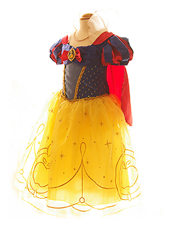 白雪姫のドレスでお姫様気分を味わえます。パニエを入れて撮影しております。