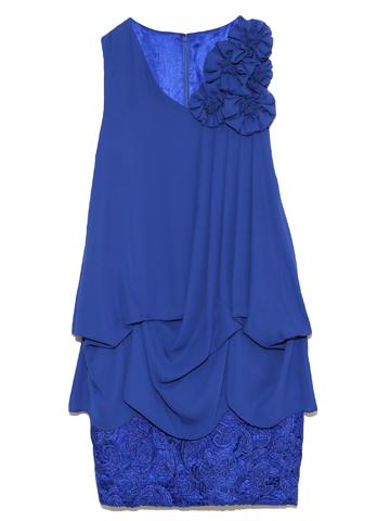 たっぷりドレープの上身ごろにタイトなデザイン。濃いブルーがスッキリとした印象でスタイルよく大人っぽく仕上がります。