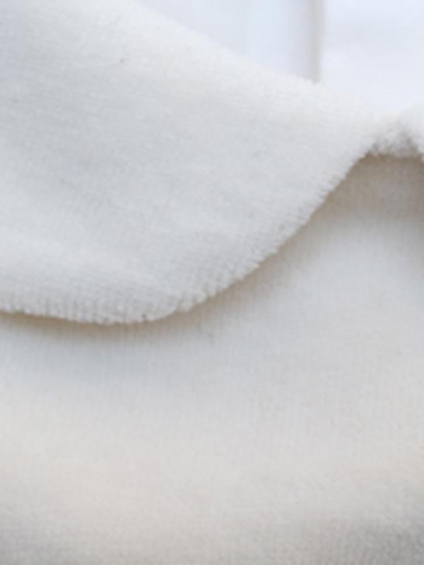 ベロア素材のまるい襟がかわいいデザインです。
