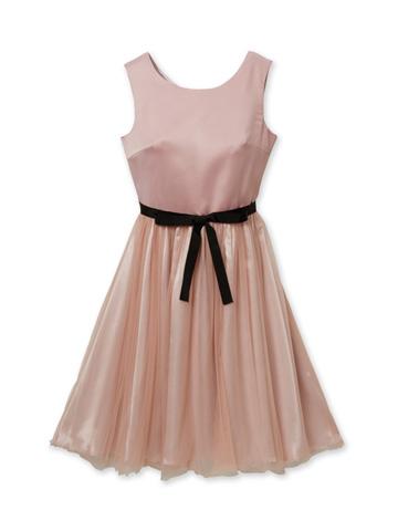 トップスは上品なスモーキーピンク、どんなシーンでも活躍するドレス。スカート部分のオーガンジーが柔らかで優しい印象をかもしだしています。