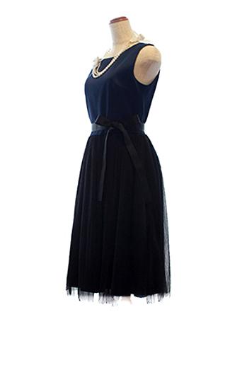 トップスは上品なネイビー、ボトムはブラックとどんなシーンでも活躍するドレス。スカート部分のオーガンジーが柔らかで優しい印象をかもしだしています。