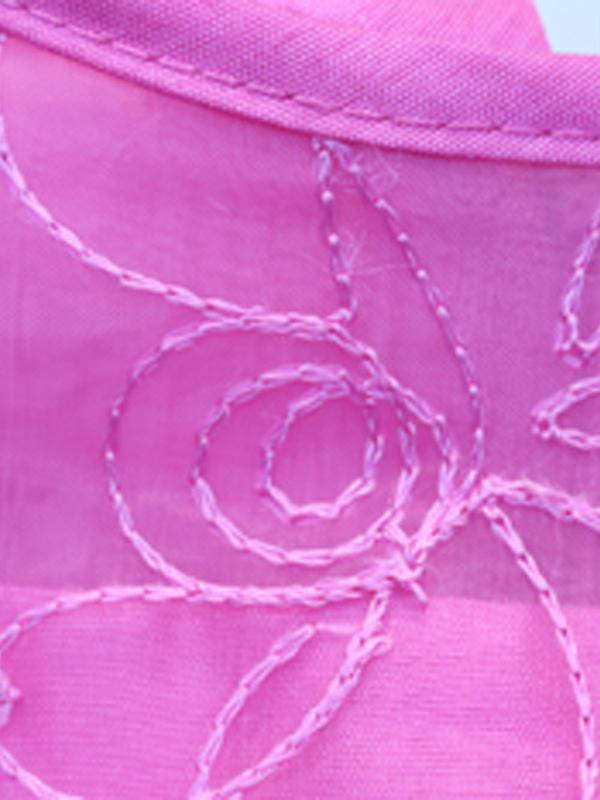 ドレスには刺繍が施されています。