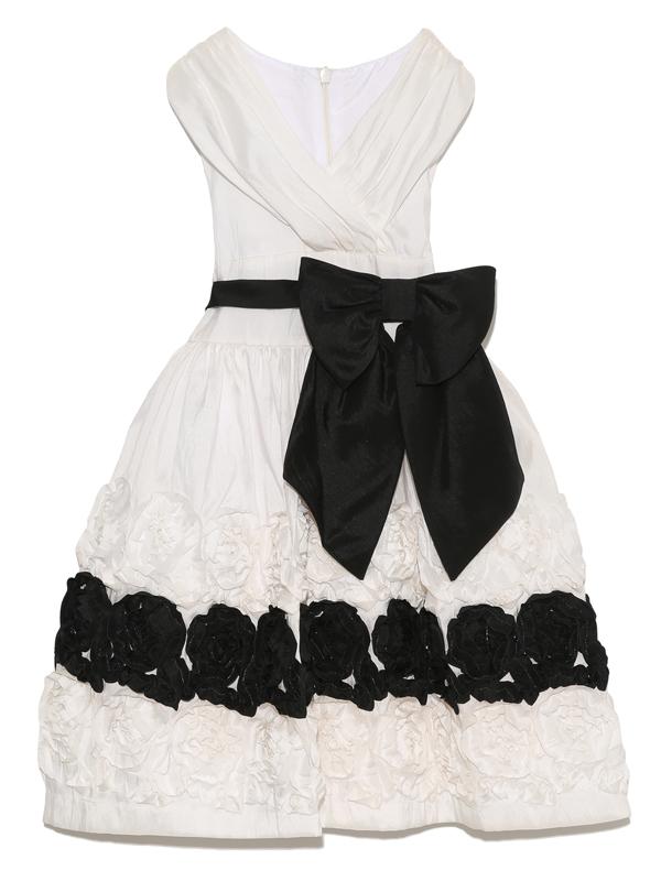 モノトーンカラーですがウエストのリボンとスカート全体にあしらわれたフラワーモチーフが華やかさを引き立たせます。パニエを入れて撮影しております。(写真は、同デザイン110cm)
