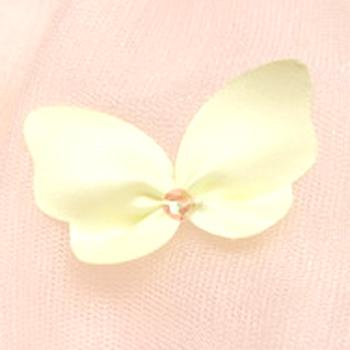 ドレスに散りばめられた蝶々が華やかさを演出しています。