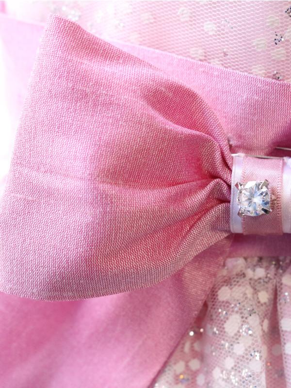 ドレスのウエスト部分には可愛いリボンの飾りがあります。